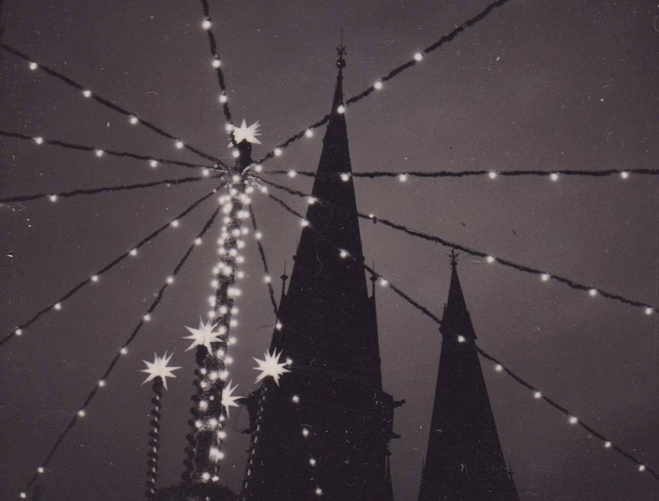 Die Lamberti-Kirche Oldenburg in der Adventszeit 1960, © Bildarchiv Stadtmuseum Oldenburg, Foto Günter Nordhausen